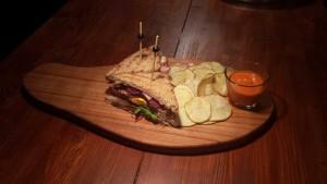 Matoni-sendvič-(dimljeni-juneći-jezik,-hamburger-slanina,-jaje,-sir,-povrće,-krompir-na-fete-i-ljuti-umak)