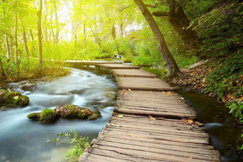 WoodenTrailOverPlitviceStream