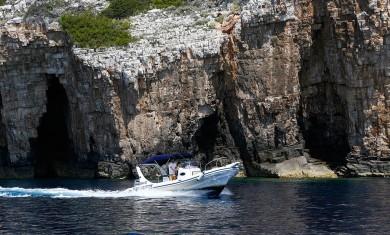 SugamanTours-MaestralSpeedboatexploringVisShore