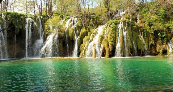 PlitviceLakesTour-beautifullakeandwaterfall