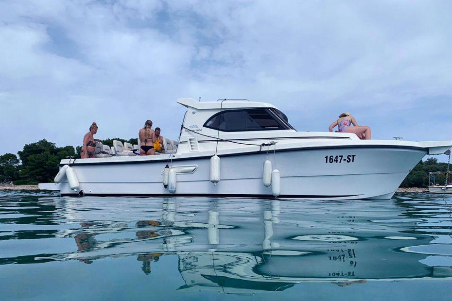 island-hopping-speedboat