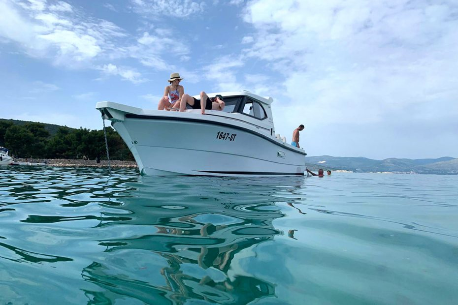 relaxing-on-sugaman-powerboat